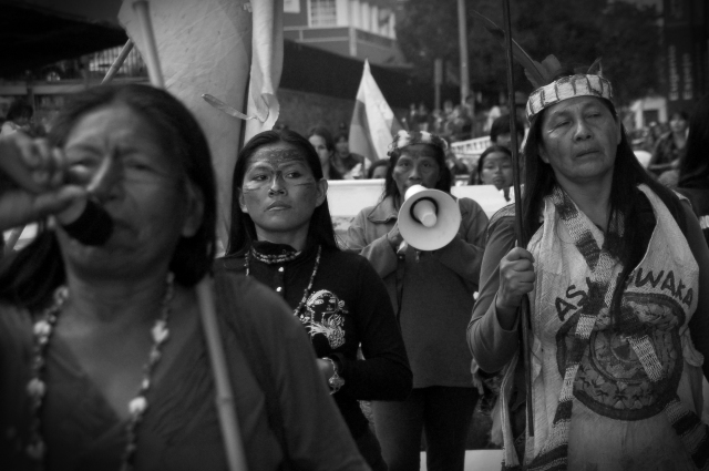 Foto de la marcha de mujeres amazónicas que llegó a Quito en octubre de 2013 desde Puyo, que contó con decenas de mujeres que llegaron desde las comunidades de distintas nacionalidades indígenas que se enfrentan a la XI Ronda Petrolera en el centro-sur amazónico. Fuente: Miriam Gartor, (http://mirgartor.wordpress.com/)